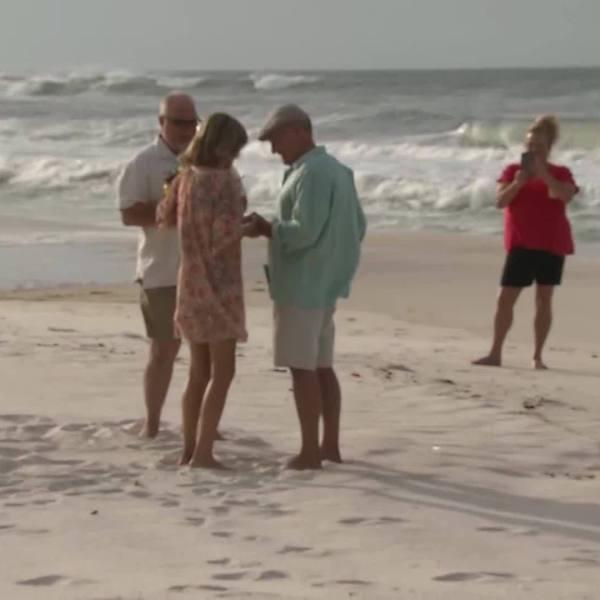 Couple_marries_on_the_beach_before_Hurri_0_20181010034216-842137442-842137442