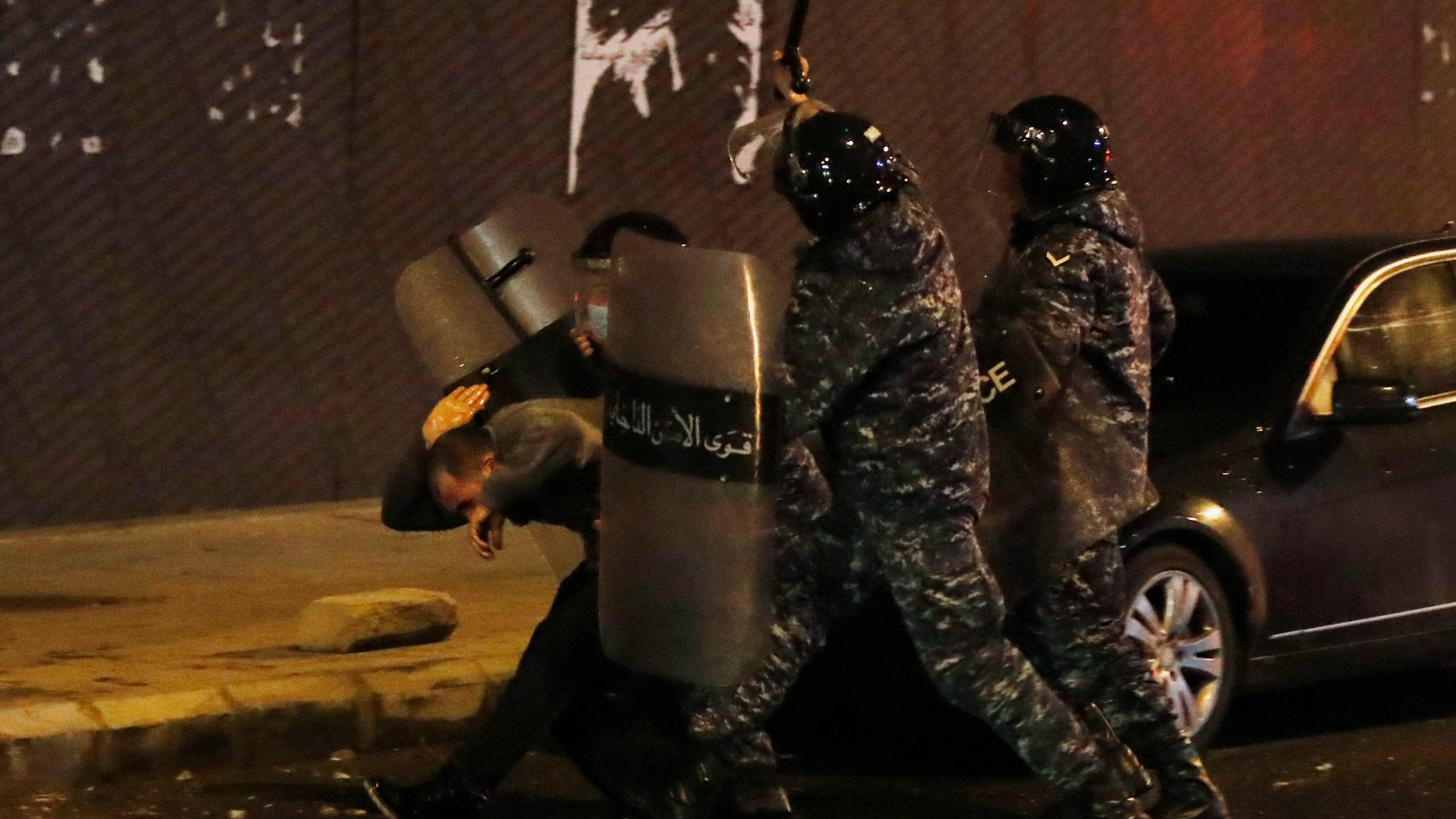 Картинки по запросу Lebanon protests roll into second day amid police crackdown