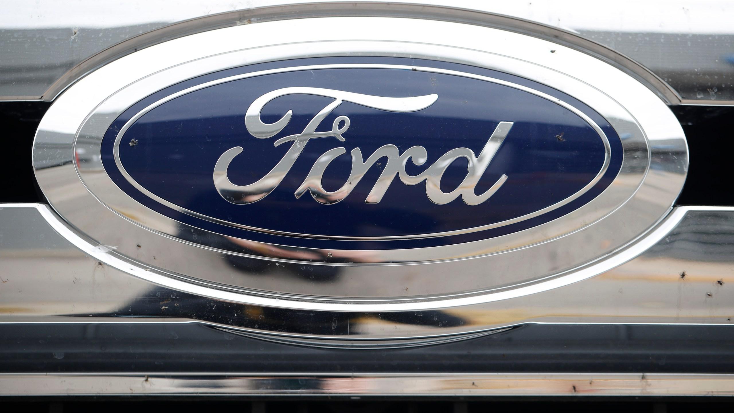 2019 Ford logo on F-250 pickup truck, r m